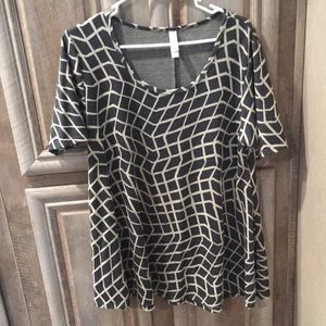 "Nice ""LuLaRoe"" Short Sleeve Top (Giraffe Pattern)"